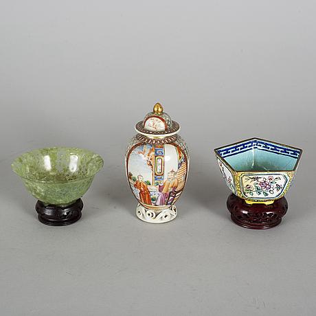 FÖremÅl, 3 delar, porslin, emalj på koppar samt sten. qingdynastin samt kina, 1700-1900-tal.