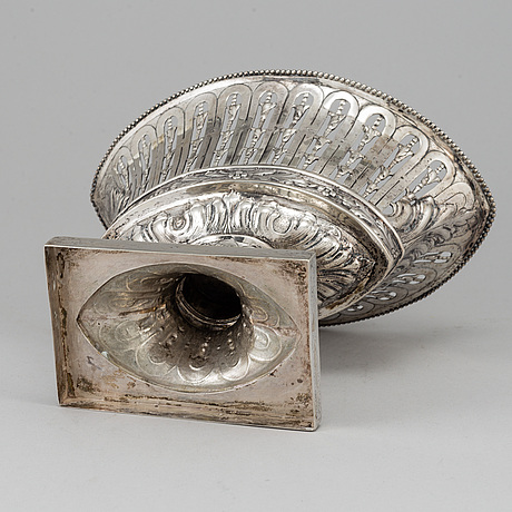 A silver bowl, earlt 20th century.