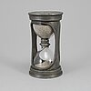 A pewter hour glass, 18th/19th century.