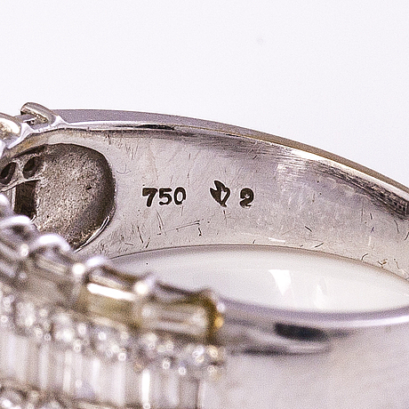 Sormus, 18k valkokultaa, briljantteja n.38 ct ja baguette-hiontaiset timantit n. 0.84 ct.