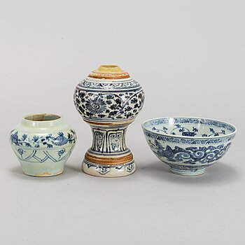 A blue and white vase, bowl and pot, South East Asia, 16th/17th Century.