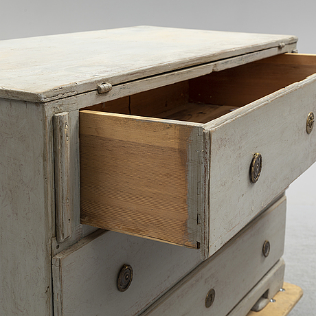 A chest of drawer with a folding leaf, first half of the 19th century.