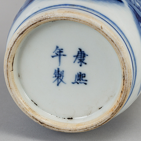 A blue and white vase, qing dynasty, late 19th/early 20th century.