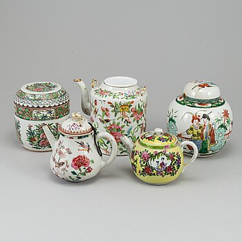 A set of three teapots and two tea caddies, China, 18th/20th Century.