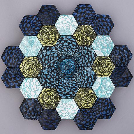 """Heini riitahuhta, reliefi, posliinia, """"hexagon reliefi"""", signeerattu heini riitahuhta 2016."""