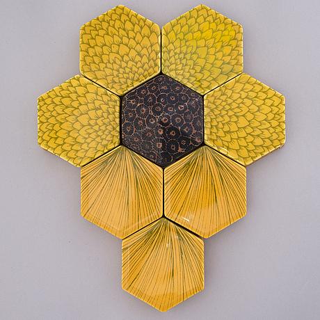 """Heini riitahuhta, reliefi, posliinia, """"hexagon reliefi"""", signeerattu heini riitahuhta 2013."""