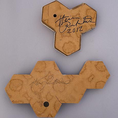 """Heini riitahuhta, reliefer 2 st., porslin, """"hexagon relief"""", signerad heini riitahuhta 2012 respektive heini riitahuhta."""