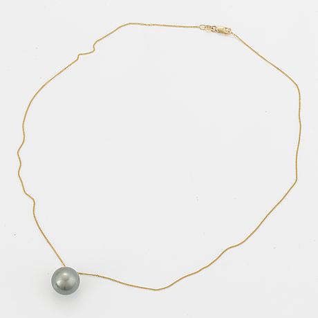 Cultured tahiti pearl necklace.