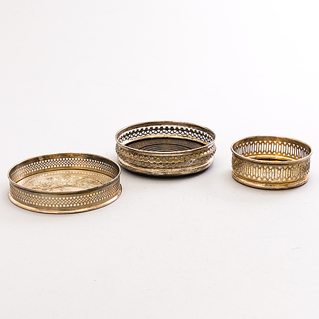 Three english wine coasters, one in silver and two silverplated, 1970s-80s.