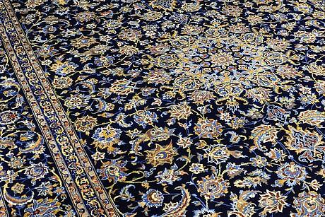A carpet, kashan, signerad, ca 393 x 298 cm.