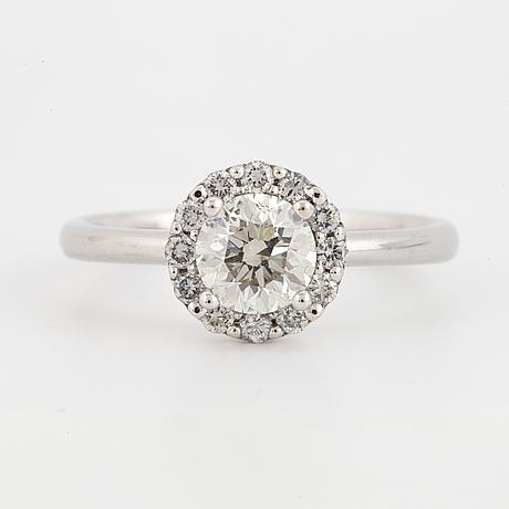 0,90 ct brilliant-cut diamond ring.