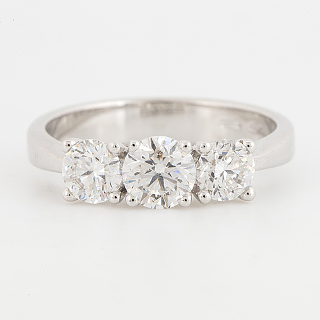 Three stone brilliant-cut diamond ring.