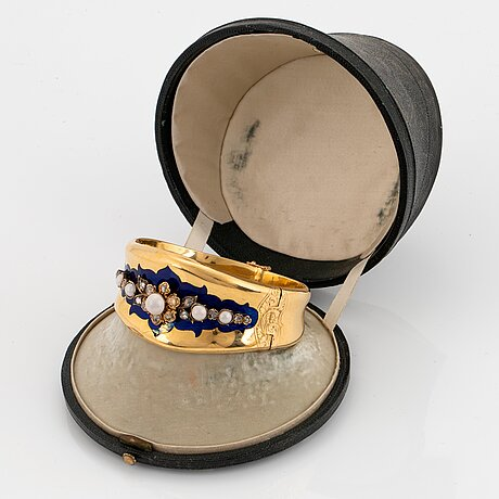 An 18k gold bracelet partly enamelled set with pearls and rose-cut diamonds.