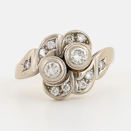 Brilliant-cut diamond cross-over ring.