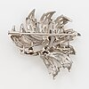 18k white gold and brilliant-cut diamond brooch.