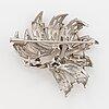 Brosch, 18k vitguld med 3 små diamanter.