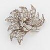 18k white gold and brilliant-cut diamond brooch.