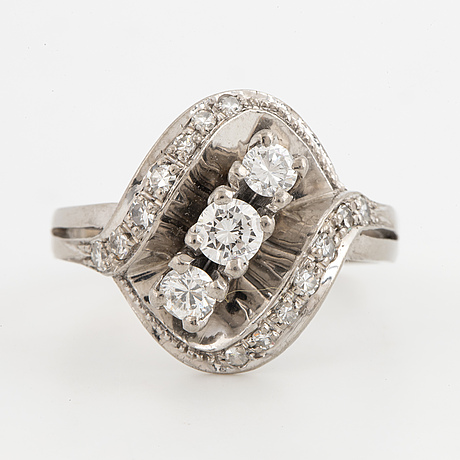 18k white gold and brilliant-cut diamonds.