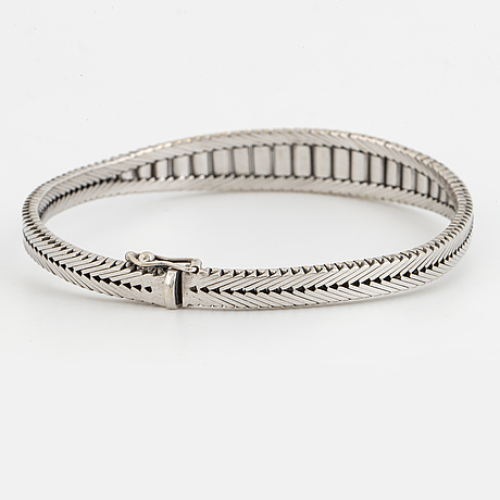 Brilliant-cut diamond and 18k white gold bracelet.