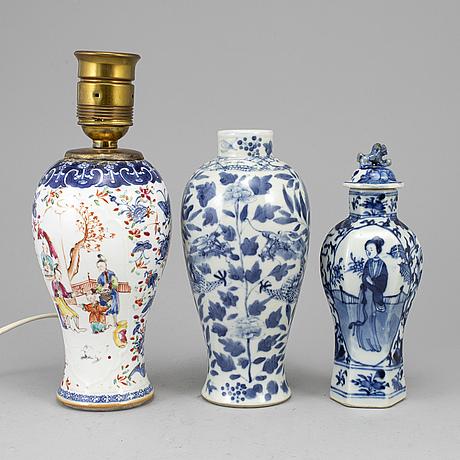 Vaser, två stycken, samt vas, omgjord till lampa, porslin. qingdynastin, 1700-sent 1800-tal.