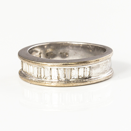An 18k gold ring with baguette cut diamonds ca. 1 ct in total.