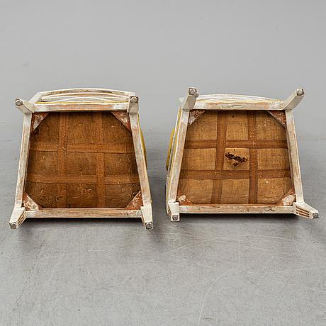 Karmstolar, ett par, sengustavianska, omkring år 1800.