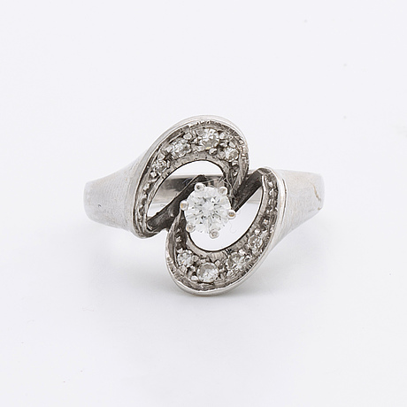 Ring 18k whitegold w 1 brilliant and single-cut diamonds approx 0,35 ct in total.