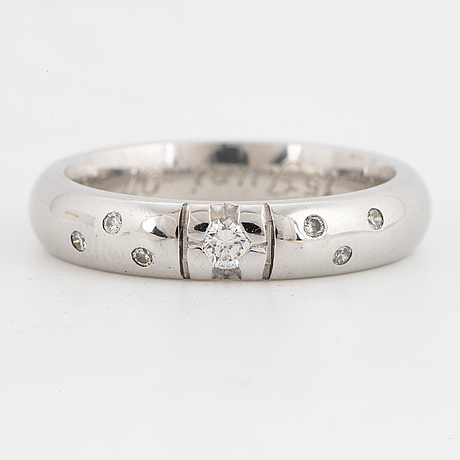 18k white gold and brilliant-cut diamond ring.