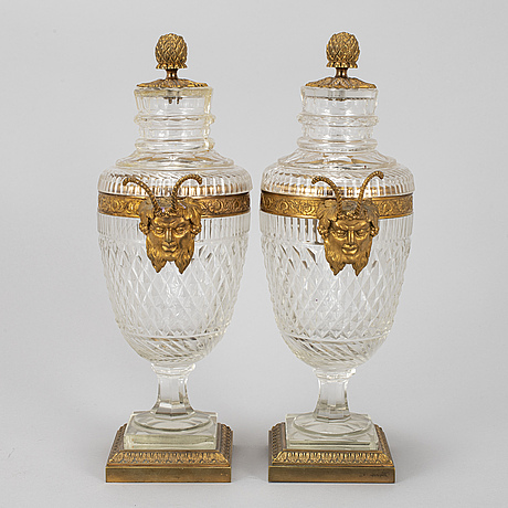A pair of vases with covers, ca 1900.