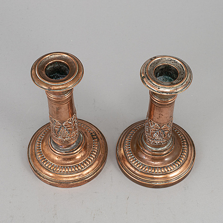 A pair of english early 19th century candlesticks.