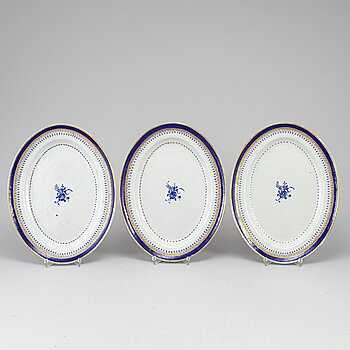A set of three blue and white and gilt export porcelain serving dishes, Qing dynasty, Jiaqing (1796-1820).