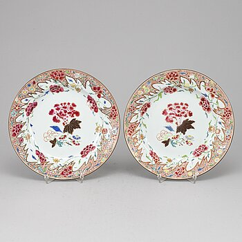 A pair of famille rose export porcelain plates, Qing dynasty, Qianlong (1736-95).