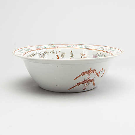 A chinese 19th century porcelain basin.