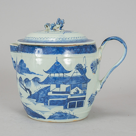 A blue and white porcelain jug with cover, qing dynasty, jiaqing.