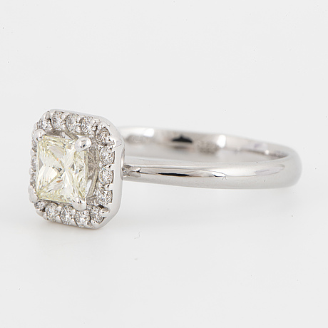 Ring with princess-cut diamond and brilliant-cut diamonds.