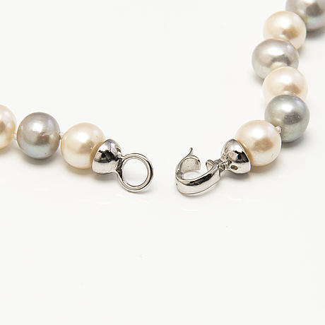 A pearl collier with cultured pearls.