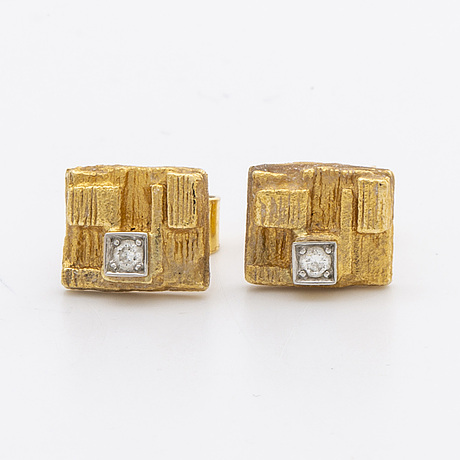 Lapponia 2 pair of earrings 18k gold and 2 brilliant-cut diamonds approx 0,06 ct in total.