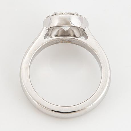 Round brilliant-cut diamond halo ring.