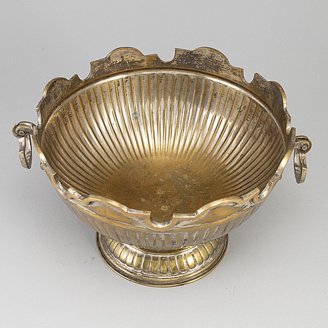 A brass champagne cooler or glass rinserm 18th/19th century.