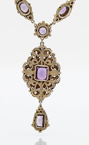 A parure comprising a necklace, a pair of earrings and a ring.