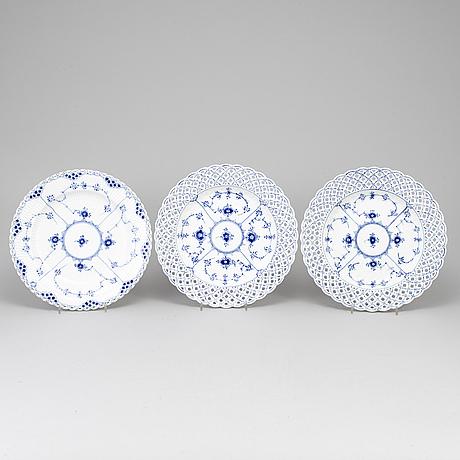 """Royal copenhagen, tallrikar 3 st, porslin, """"musselmalet"""", modell 1098 och 624, danmark."""