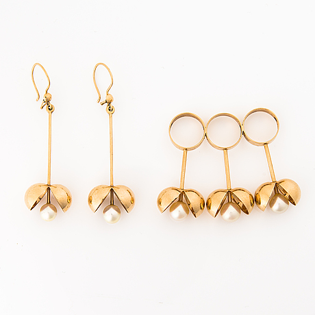 A set of 14k gold pendant and earrings with pearls by olli auvinen. westerback eino ky, helsinki 1967.