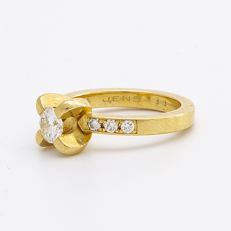 Ring 18k gold w brilliant-cut diamonds, centre stoen approx 0,50 ct approx h-i vs, and smaller stones approx 0,15 ct in.