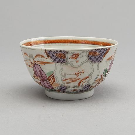 Tallrikar samt fat och kopp kina qingdynastin, qianlong (1736-95) porslin.