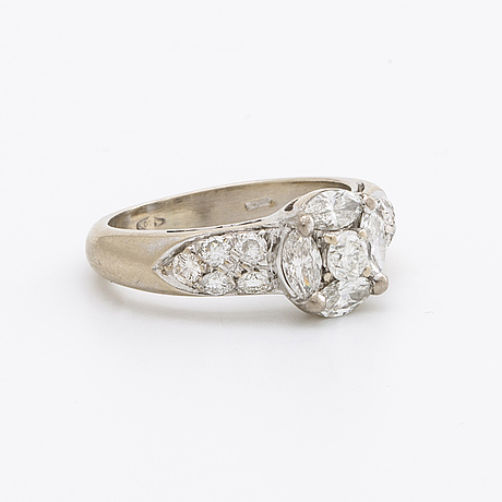 Ring 18k whitegold w marquise and brilliant-cut diamonds approx 1,2 ct in total.