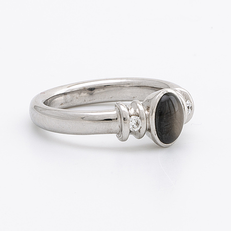 Ring 18k whitegold w 1 star sapphire approx 8 x 5 mm, 2 brilliant-cut diamonds 0,07 ct in total, tw vvs.