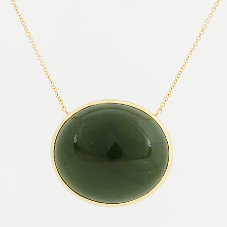 An cabochon-cut nefrite necklace.