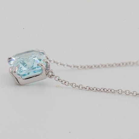 An emerald-cut aquamarine necklace.