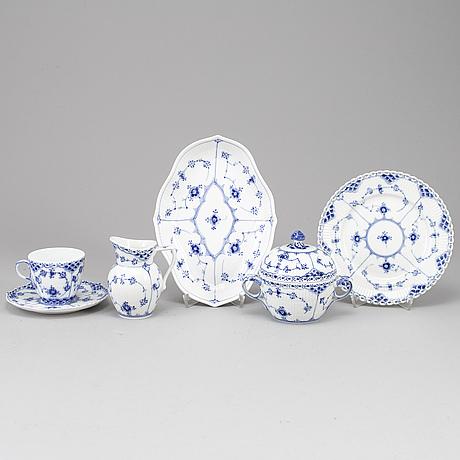 Royal copenhagen, 26 porcelaine psc 'musselmalet', denmark.