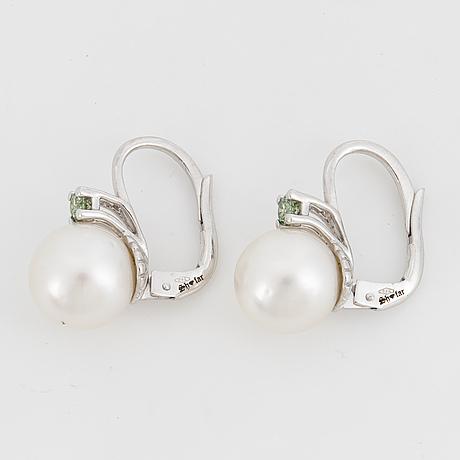 ÖrhÄngen, med odlade south sea pärlor och gröna färgbehandlade diamanter.